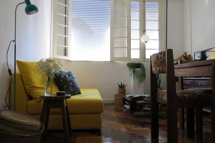 Quarto em apartamento colorido, bairro pulsante!