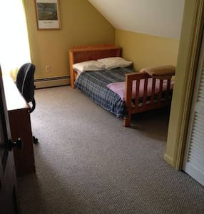Quiet  Furnished Room Upstairs - Auburn