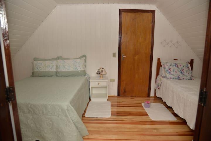 Quarto 3 com 1 cama casa, 1 cama solteiro e 1 colchão