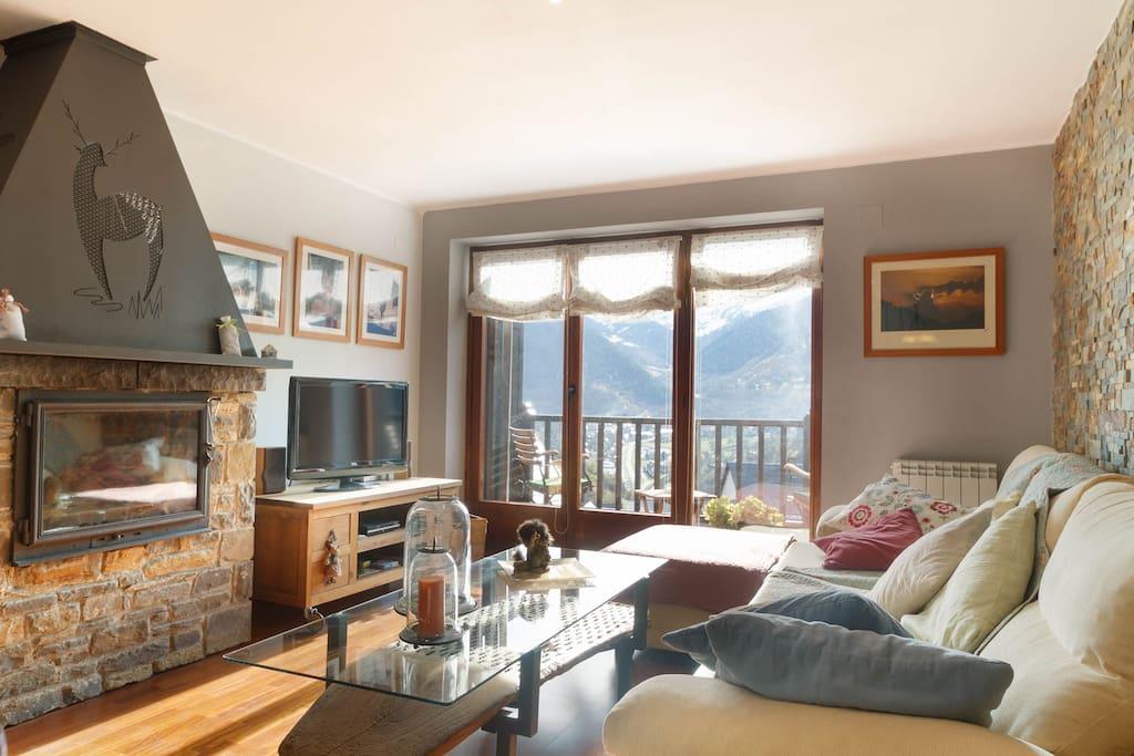 Salón con chimenea, con magnificas vistas sobre el Valle de Aran.