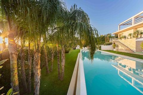 Attaláya con piscina e giardino