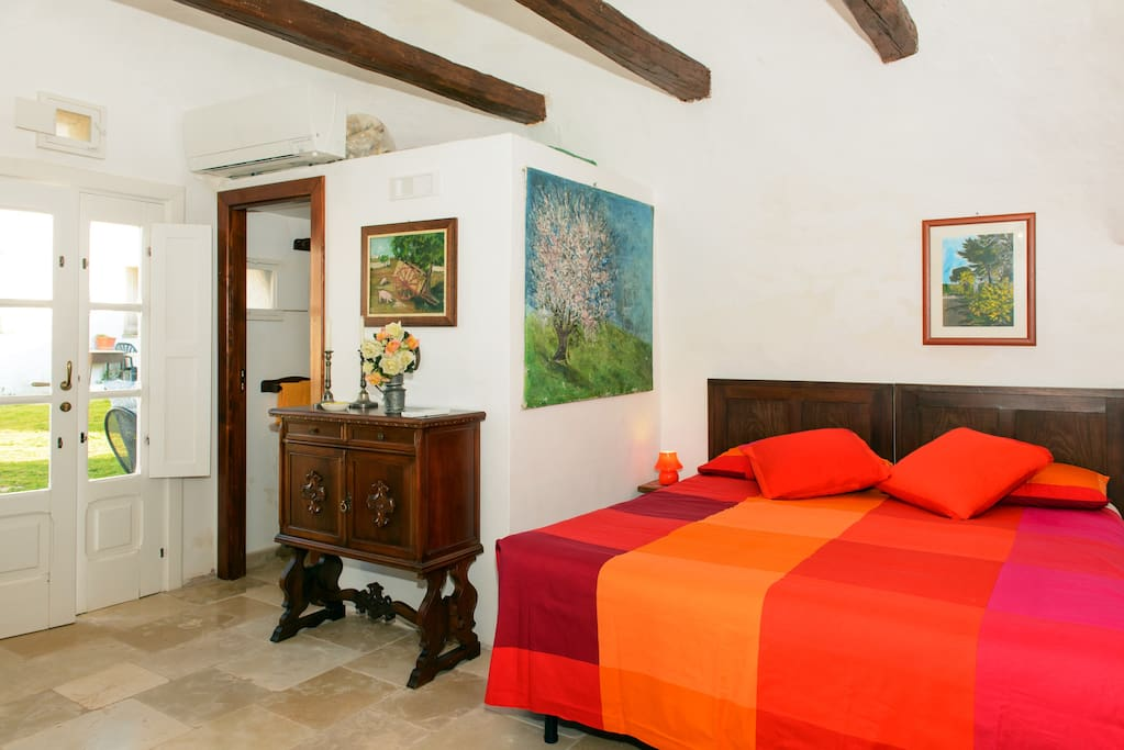 "Interno Trullo ""Morello"", zona letto / Bed room corner with bathroom entrance"