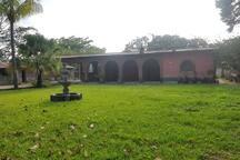 Casa patronal y jardín vistos de frente.