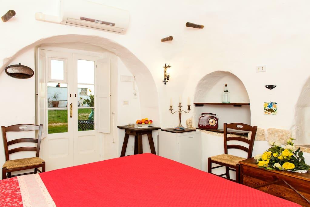 Angolo con frigo ed ingresso / Entrance and corner with fridge