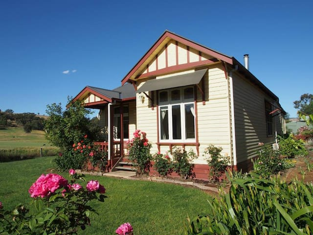 Beautiful 3 Bedroom Farmhouse - Alexandra