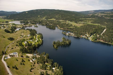 Getaway Retreat Overviewing Beautiful Curlew Lake