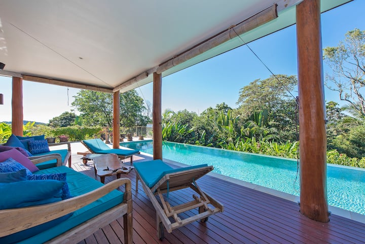 Tyagarah, Byron Bay. Spa, pool, and sunloungers