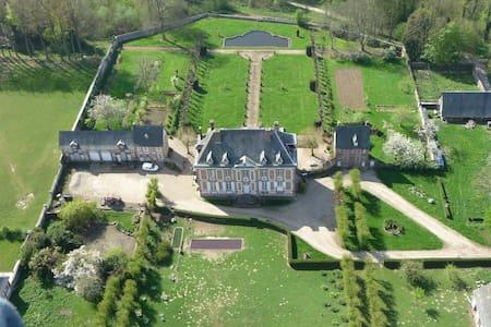 logement à l'intérieur du chateau. - Saint-Georges-sur-Fontaine - Zamek