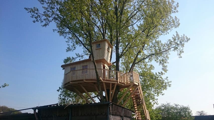 Traumhaftes Baumhaus in ländlicher Umgebung