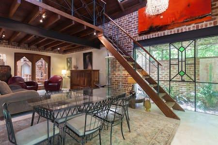 Beautiful Loft Home: walk to King's Pk, UWA, shops