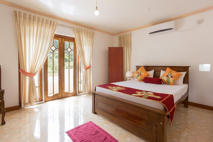 Kandy Grand Paradise (Room Maroon)