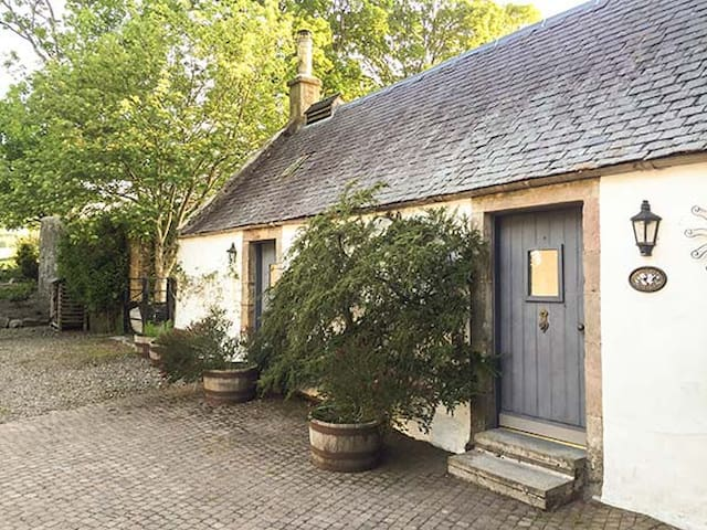 SWEETPEA COTTAGE, pet friendly, with open fire in Biggar, Ref 927592