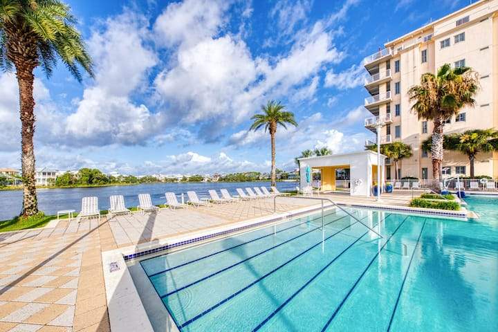 Gorgeous & cozy waterfront efficiency w/ shared pools, hot tubs, & beach access