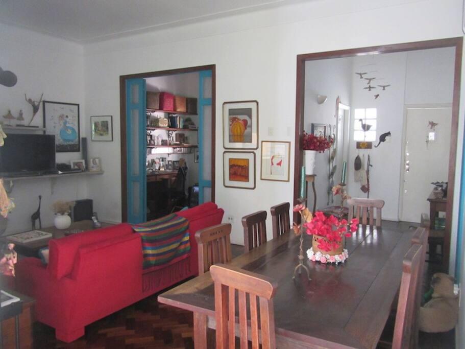 Sala com mesa de jantar e hall de entrada