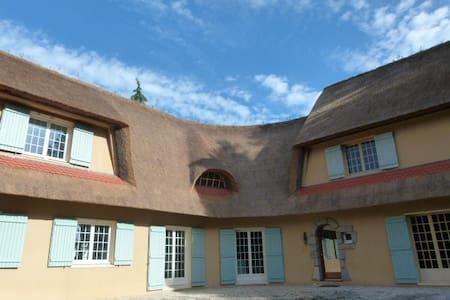 Une chaumière - A cottage - Le Temple-de-Bretagne - Hus