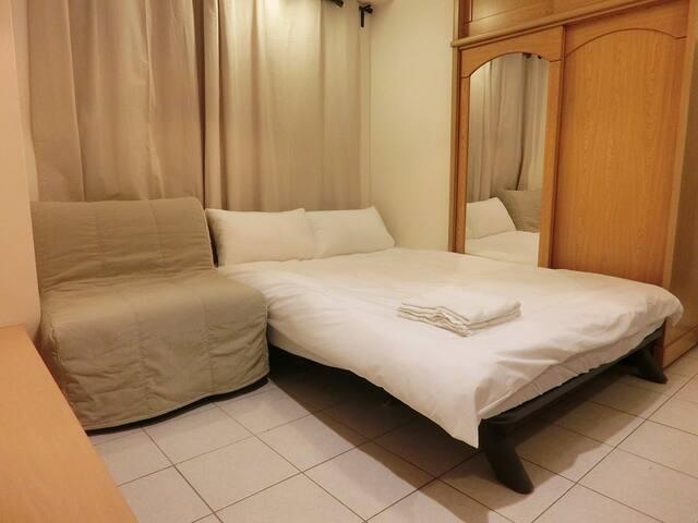 Warm room near Shilin Night Market