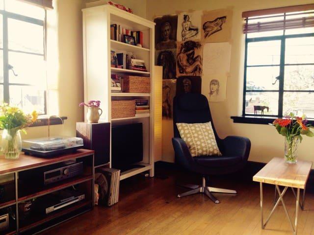 Spanish Deco Lakeside Apartment - Seattle - Apartment
