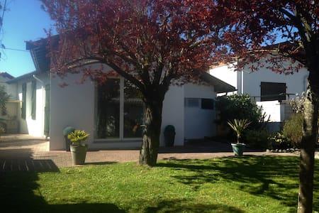Villa T2 avec jardin, terrasse et cour privative