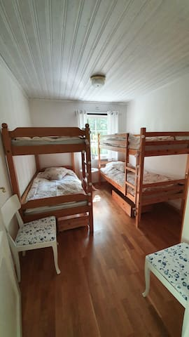 Sovrum med 2 dubbelsängar med plats för 4 personer