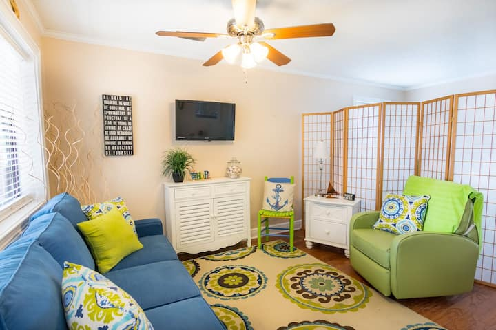 Cozy Holiday Hideaway Sleeps 4 only footsteps from the sandy beach