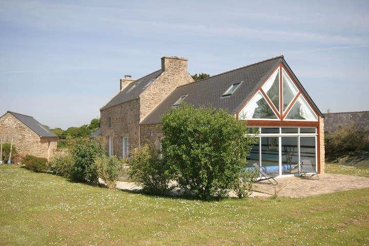 Amplia casa, cómodo, con piscina cubierta climatizada y un gran jardín