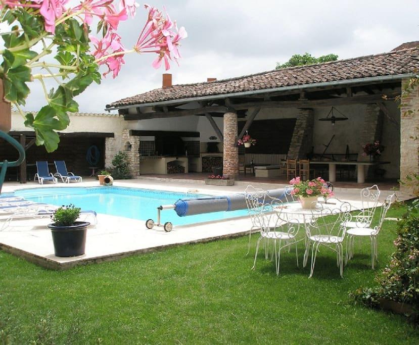 Le Pignié - sa piscine et son patio