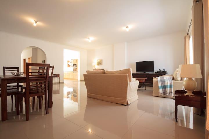 Large Bright apartment - Tas-Sliema - Lejlighed