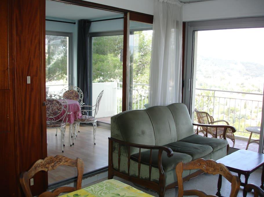 Grand salon avec véranda et balcon / Sitting room with bay windows, balcony and conservatory