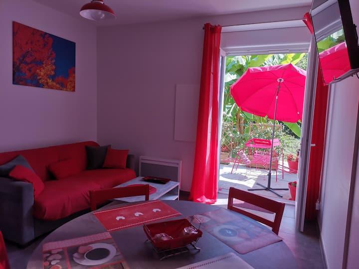 Appartement rez-de-jardin dans villa, déco rouge
