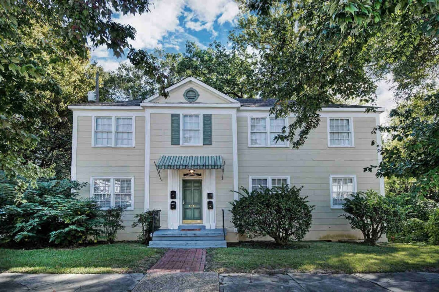 Beautiful Bellhaven apartment. Classic older apartment with lots of Style and Charm.