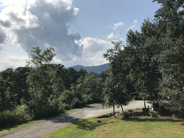 Windwood Private Condo Minutes to TIEC Tryon