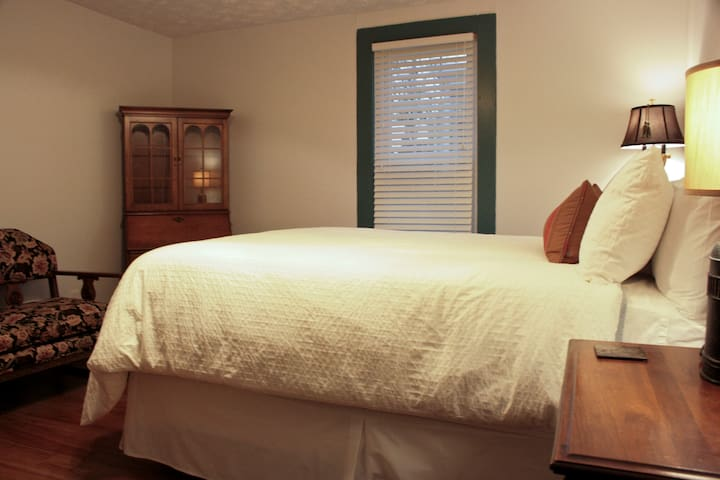Newly remodeled! In-room bath! - Wilmore - Bed & Breakfast
