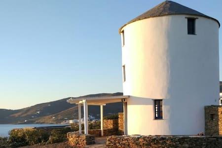 Moulin à vent à côté de la mer  - Tinos