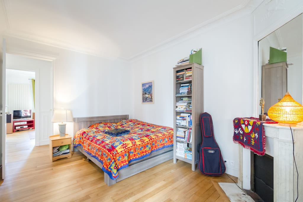 Adult bedroom/Chambre a coucher adultes.