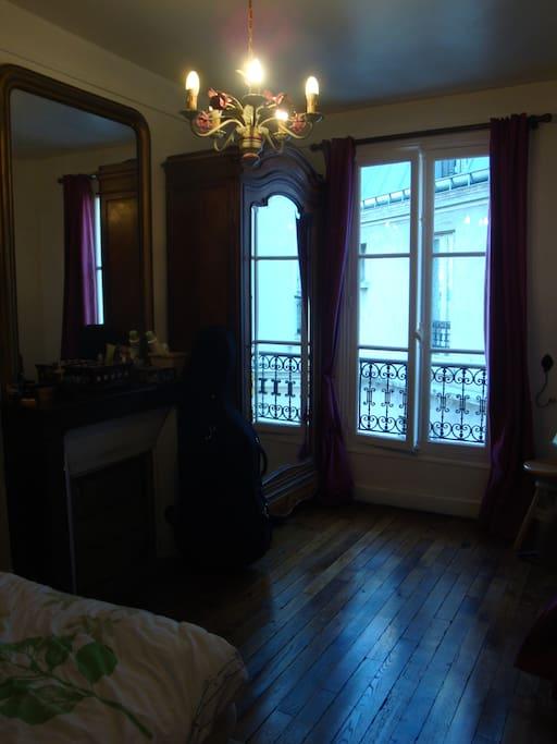 Chambre spacieuse, au calme orienté plein sud sur cour intérieure
