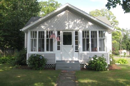 Spacious 2 bdrm 2 blocks to Lake MI - South Haven