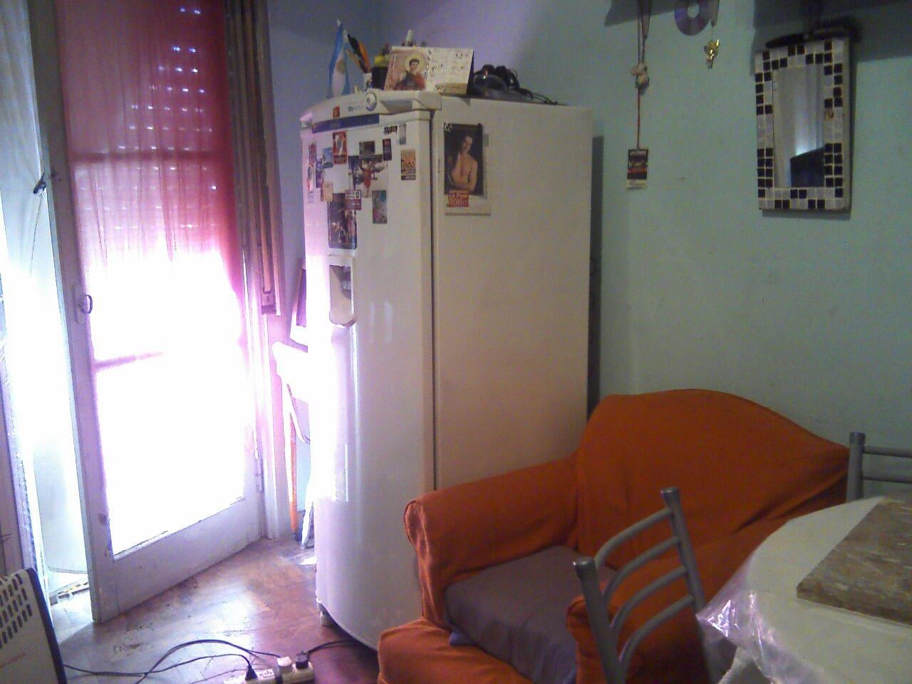 vista parcial de la habitacion con balcon a la calle