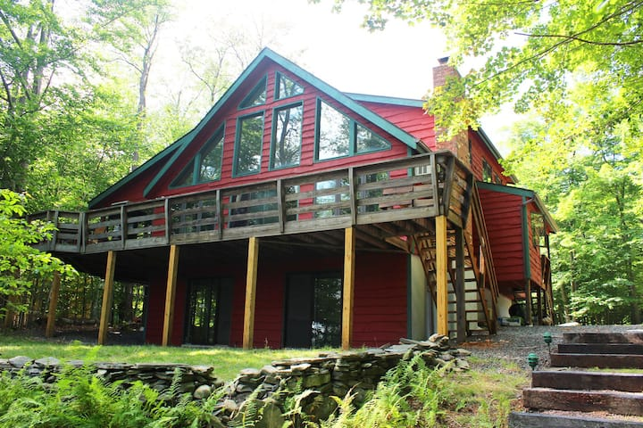 Spacious Lakefront Chalet, 6 bedrooms 4 full baths