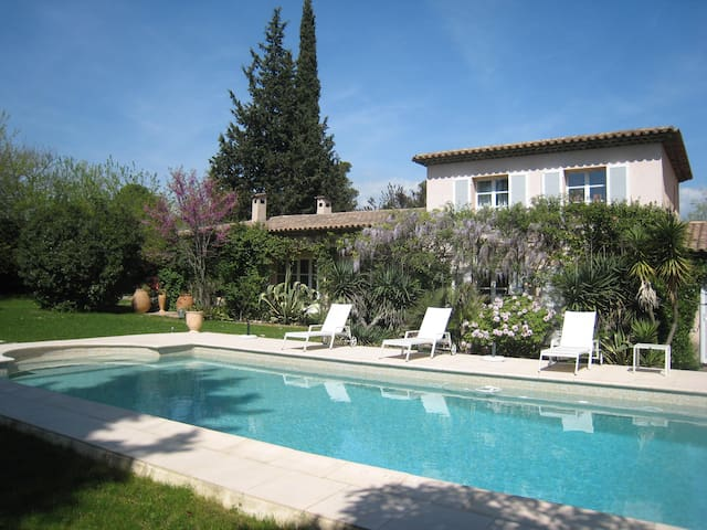 Chambre parentale villa calme Mougins