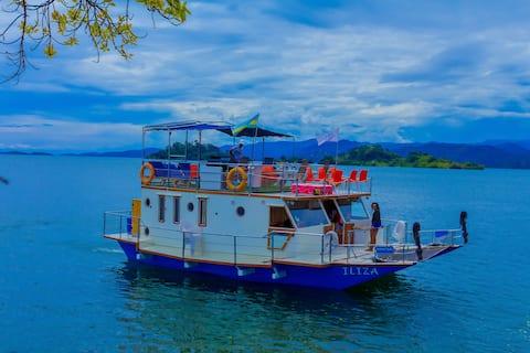 Overnight cruise on the Houseboat