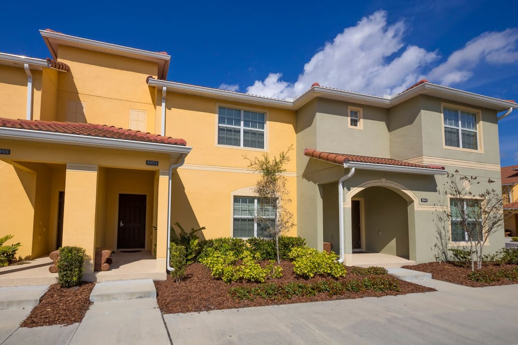 Come and stay with your family at this fabulous 4 bedroom town home that's nestled on the Paradise Palms Resort just minutes from the theme parks of Orlando.