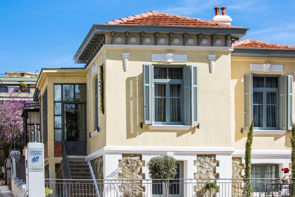 Classic villas ouziel townhouses in affitto a salonicco for Piani casa in stile artigiano 4 camere da letto