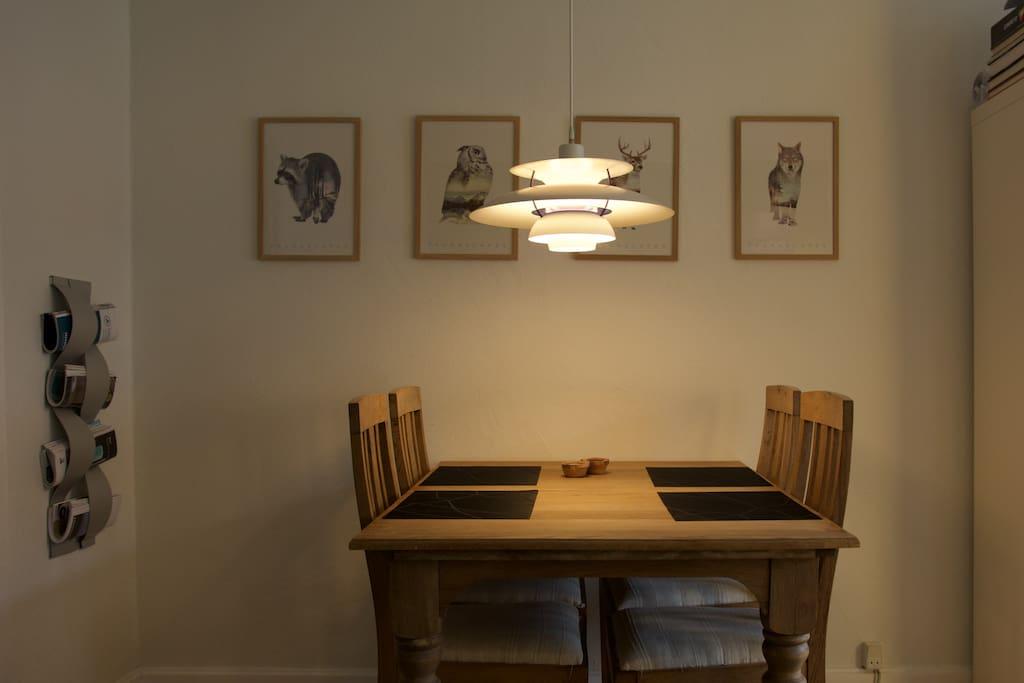 Spiseplads til 4 personer. Der er ekstra stole i kælderen, hvis det skulle være nødvendigt.