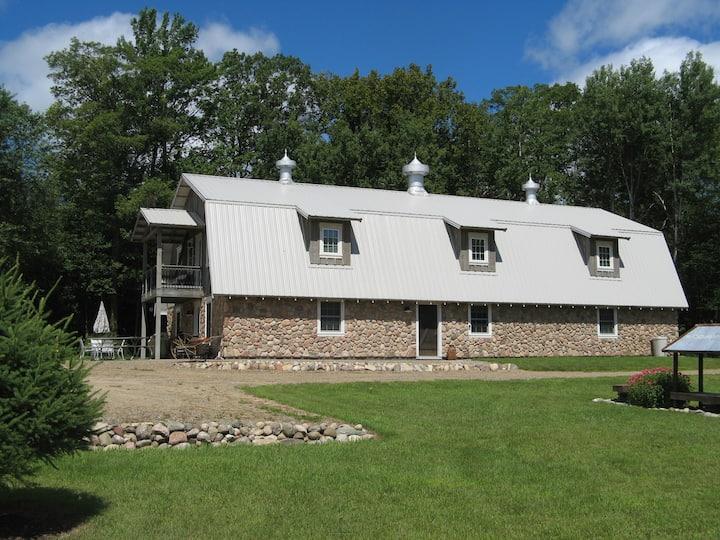 Barn Lodge - The Oliver Acreage