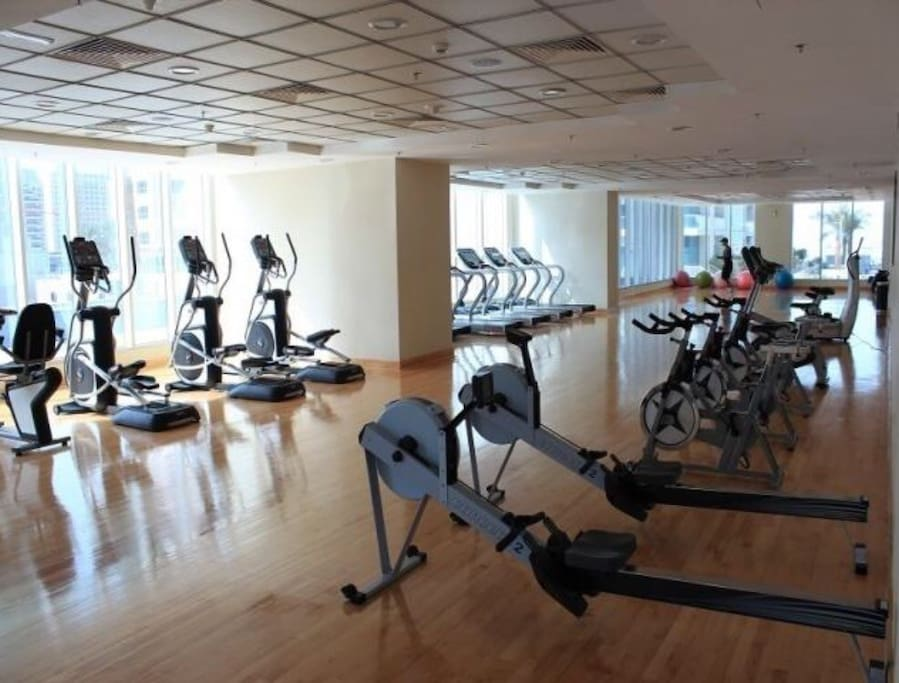 Well equipped gym with sauna, hammam, exercise with a marina view.