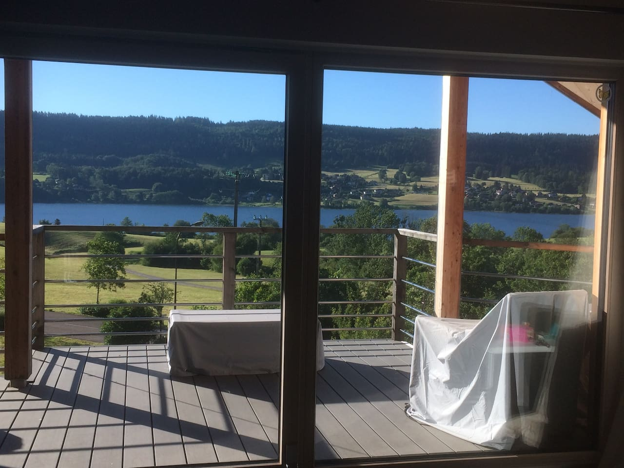 Vue lac depuis terrasse et séjour:  Lever du soleil qui sera présent toute la journée.