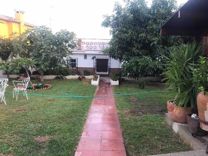 Bonito chalet en La Cala con gran jardín privado
