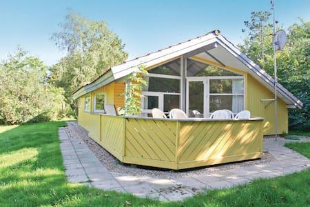 Holiday cottage with 3 bedrooms on 72m² in Føllenslev