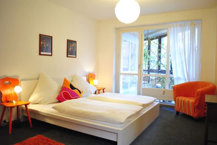 Schlafzimmer mit großem Bett (180 mal 200cm) - sleepingroom with comfortable bed (1,80x2,00m)