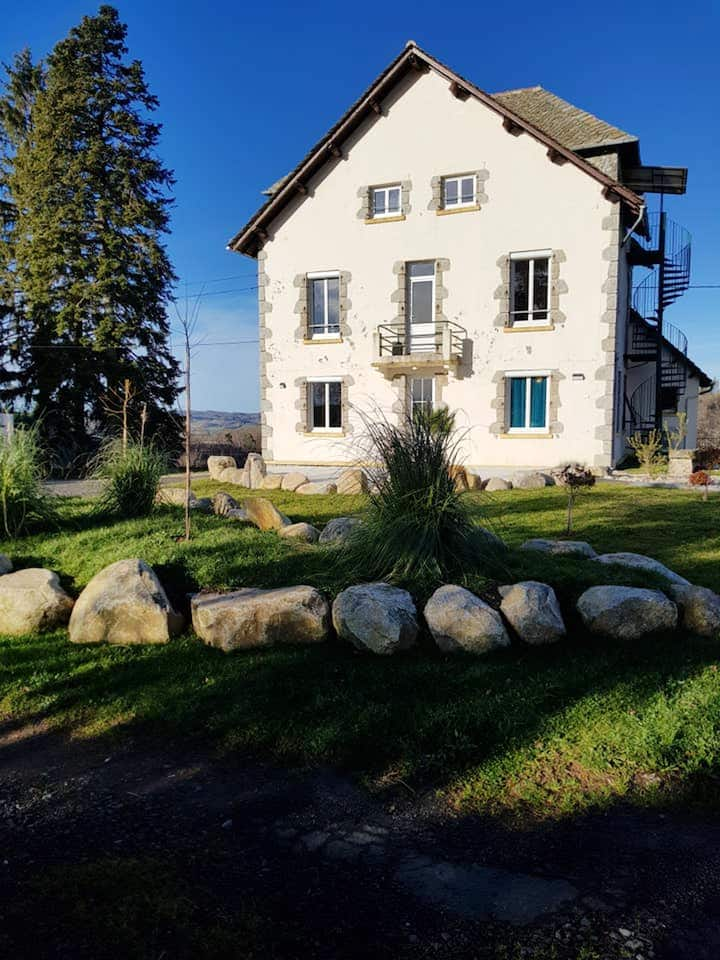 House with 7 bedrooms in Montsalvy, with enclosed garden and WiFi - 55 km from the slopes